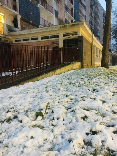 Le Temps d'Agir entouré de neige
