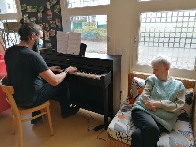Un piano à La Cour aux Bretons, quelle aubaine !